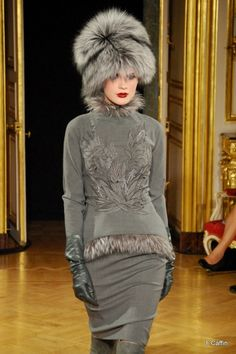 Fur hat, gorgeous dress, leather gloves. Perfect combo for this winter stage. #rpmforthewin