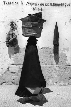 Jean Dieuzaide - Silhouette portugaise, Nazaré, Portugal. 1954. S)