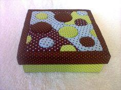 Caixa em mdf, revestida em tecido com técnica de patchwork embutido. Pode ser usada para guardar maquiagem, bijuterias, etc R$ 30,00