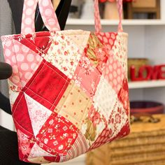 Make a Pretty Patchwork Bag from Your Stash - Quilting Digest : La Conner Tote Bag Tutorial Sewing Hacks, Sewing Tutorials, Sewing Crafts, Sewing Tips, Tutorial Sewing, Bags Sewing, Tote Tutorial, Tote Bag Tutorials, Patchwork Tutorial
