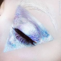Metallic geometric fashion, editorial, avant garde, holographic make up inspired by Kat Von D holographic palette Makeup For Green Eyes, Blue Eye Makeup, Metallic Makeup, Creative Makeup, Simple Makeup, Alien Aesthetic, Flower Aesthetic, Holographic Makeup, Makeup Photography