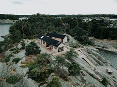 〚 Modern wooden cabin with sauna on rocky island in Finland 〛 ◾ Photos ◾Ideas◾ Design Amazing Architecture, Modern Architecture, Workshop Architecture, Ideas De Cabina, Architecture Renovation, Contemporary Cabin, Summer Cabins, Floating Deck, Huge Windows