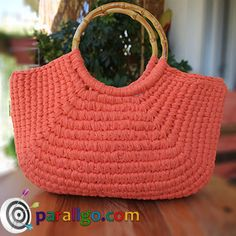 Watch the video and find out how you can make a Crochet Bag that resembles a Woven Straw Bag! Crochet Tote, Crochet Handbags, Crochet Purses, Crochet Yarn, Crochet Bag Tutorials, Crochet Patterns, Handbag Tutorial, Yarn Bag, Ribbon Yarn