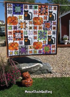 New Pics halloween Quilting Concepts You decide to start out quilting. You can't put it off in order to complete your current stunning tapestry Halloween Quilt Patterns, Halloween Quilts, Halloween Sewing, Halloween Cat, Halloween Projects, Halloween Ideas, Quilting Projects, Quilting Designs, Quilting Patterns