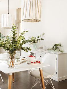 MG 5223. Office con muebles blancos con plantas y dos lámparas de techo_MG 5223