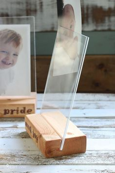 Wood Block Floating Picture Frames Have scraps of laying around? Use them to make wood block floating picture frames as gifts for Christmas. Lumber and plexiglass are basically all you need. Floating Picture Frames, Picture Frame Crafts, Wood Picture Frames, Picture On Wood, Floating Frame, Diy Deco Rangement, Cadre Photo Diy, Marco Diy, Photo Deco