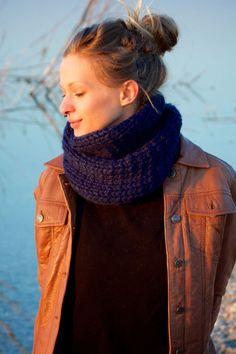 Dieser süße Schlauchschal ist in klassischem Muster gestrickt. Der Schal wärmt dich an kalten Tagen und hübscht dein Outfit auf.
