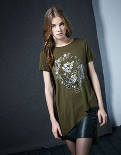 T-shirt assimétrica estampado flores. Descubra esta e muitas outras roupas na Bershka com novos artigos cada semana