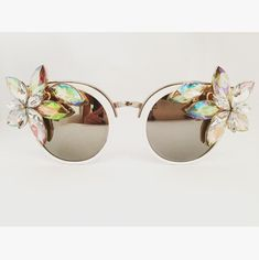 7 masks to prepare yourself against acne and blemishes Flower Sunglasses, White Sunglasses, Funky Glasses, Eye Glasses, Festival Sunglasses, Eye Frames, Girly, Vintage Style Outfits, Special Occasion Outfits