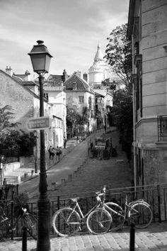 Looking up rue de l'Abreuvoir, Montmartre, Paris XVIII