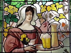 Ces vitraux, installés aujourd' hui à Saint Nicolas de Port, ont été créés à l' origine pour la brasserie de Vézelise, par le verrier Grüber, le meilleur verrier Art Nouveau de L'Ecole de Nancy, à qui on doit également les vitraux de la brasserie Excelsior de Nancy, appartenant aujourd' hui au groupe Flo .