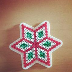Karácsonyi csillag egyszerű színkombinációban. Poháralátétnek vagy dísznek is jó ötlet. Elkészítenéd? Rendelj hozzá díszdobozos gyöngyöket! http:// on.fb.me/1cc0O7O