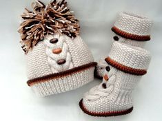 Knitting Baby Set Baby Shoes and Hat Pattern Knitted Baby Beanies, Knit Baby Booties, Baby Boots, Knitted Hats, Booties Crochet, Girl Boots, Baby Boy Knitting Patterns, Baby Girl Patterns, Baby Hats Knitting