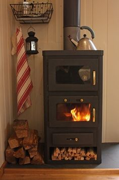 wood stove for shepherds hut - looks like a baking chamber in the top. Shepherds Hut, Stove Fireplace, Wood Burner, Tiny Spaces, Tiny House Living, Little Houses, Hygge, Recherche Google, House Design
