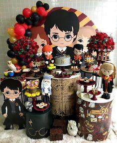 Esplêndida festa com o tema Harry Potter! Harry Potter Fiesta, Cumpleaños Harry Potter, Harry Potter Halloween, Harry Potter Wedding, Harry Potter Anime, Harry Potter Outfits, Harry Potter Birthday, Harry Potter Characters, Gateau Harry Potter