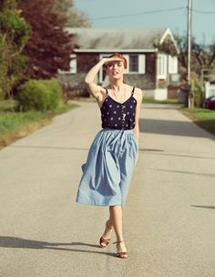fischer sp I *adore* this chambray skirt with tucked-in patterned cami. Such a perfect look for summer! Chambray Skirt, Vintage Outfits, Vintage Fashion, Dressy Attire, Retro, Pretty Outfits, Spring Summer Fashion, Dress Up, Street Style