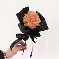 Flowers In Jars, How To Wrap Flowers, Hand Flowers, How To Preserve Flowers, Diy Flowers, Flower Decorations, Beautiful Flowers, Single Flower Bouquet, Small Bouquet