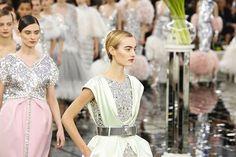 Na alta-costura da @chanelofficial desfilada num cenário de espelhos inspirado na ambientação do atelier da rue Cambon Lagerfeld apresenta a coleção de verão da marca. Principais fundamentos: os tailleurs de tweed em tons pastel os vestidos de noite bordados de paetês e pluminhas a cintura marcada e os cabelos curtinhos. #couture #mode #Paris #chanel #ss17 (via @sergioamaral)  via L'OFFICIEL BRASIL MAGAZINE INSTAGRAM - Fashion Campaigns  Haute Couture  Advertising  Editorial Photography…
