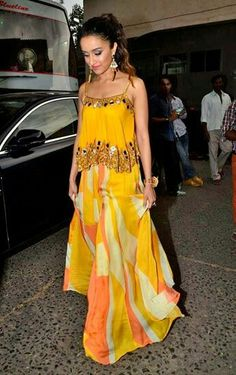 45 Latest Mehndi outfit ideas for Brides Mehndi Outfit, Indian Attire, Indian Wear, Indian Designer Outfits, Designer Dresses, Indian Dresses, Indian Outfits, Pakistani Outfits, Look Short