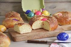 Las «Monas de Pascua» es un dulce típico de Semana Santaen muchas regiones de España, como en la Comunidad Valenciana, Murcia, Cataluña, Aragón, … (en Valencia también se llaman «panquemado» o «toña»). Es tradición que los padrinos se la regalen a sus ahijados el «Domingo de Pascua» y el «Lunes de Pascua» varias familias se suelen reunir para comerlas, generalmente en el campo. En cuanto a recetas hay muchas, aunque la base de los ingredientes es la misma: huevos, azúcar, harina y sal. Yo… Murcia, Valencia, Doughnut, Base, Desserts, Food, Buns, Afternoon Snacks, Breakfast