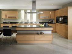 große Küche mit Kücheninsel und Essplatz in Eichenholz und Grau