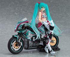 """Petit coup de cœur pour une superbe figurine de GoodSmile Company. En temps normal je ne suis pas un fan de celles qui sont articulées mais celle-ci me plait beaucoup. Il s'agit en fait de deux figurines puisque d'un côté vous avez la célèbre Hatsune Miku avec sa tenue de bikeuse et de l'autre la moto électrique """"TT-Zero 13"""" qui va avec et qui est une réplique du modèle qui a participé à la course Isle of man TT en 2013."""