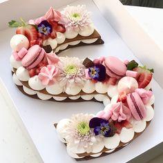 Taartnummers en letters – DE trend voor 2018 The Number & Letter Cakes & … – anniversaire - Torten Pretty Cakes, Beautiful Cakes, Amazing Cakes, Monogram Cookies, Monogram Cake, Alphabet Cake, Cake Lettering, Biscuit Cake, Number Cakes
