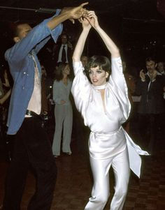 Liza Minnelli dancing at Studio 54 in awesome white satin Disco Fashion, 70s Fashion, Studio 54 New York, Le Palace, Paris By Night, 70s Glam, Boogie Nights, Liza Minnelli, Disco Party
