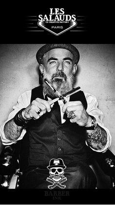 """Et si on commençait à vous présenter les Salauds ?  """"Il aime les blaireaux, bienvenue chez les Salauds...""""  Barber Ink prend ses quartiers à la Co Creative Factory !  Fabien, le boss de Barber Ink vous invite à entrer dans son monde, asseyez vous et ne pensez plus qu'à vous."""