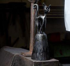 Protahující+se+Azazelo...+Zvoneček+je+ručně+vykován.+Celková+výška+zvonu+je+cca19+cm+a+průměr+je7+cm.+Zvon+je+černěný+sazemi+s+lešt…