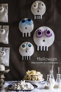 Cute Halloween Paper skulls hang on the wall - 30 Creative Halloween Ideas Diy Halloween, Halloween Symbols, Halloween Activities, Halloween Outfits, Holidays Halloween, Halloween Treats, Happy Halloween, Halloween Decorations, Halloween Clothes