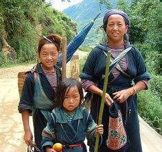 Les Hmong noir, histoire des ethniques dans le sud est asiatique. Le peuple Hmong qui vit au Laos en Thailande, en Chine et au Vietnam réalise des sacs à main sublime artisanaux et traditionnels. Un mode ethnique chic disponible chez Sac de Princesse.