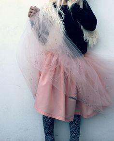 Groovybaby....and mama: KCWC day 2 & 3 - Rock Fairy Outfit  Les paillettes sont insérées dans le tulle plié en deux, génial !!!