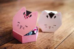 Las instrucciones para montar la caja están aquí: http://3.bp.blogspot.com/-l98f8swlUGE/VKpgYiRB4tI/AAAAAAAAFao/_AkT86dVOHY/s1600/kitty-trinket-box.png