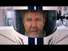 L'auto più piccola (e assurda) del mondo.   Top Gear ha mostrato una macchina minuscola tanto che pare piuttosto doloroso guidarla. E' la P45, Il casco serve come tetto e parabrezza, l'armatura che l'uomo indossa durante la guida è il corpo della vettura.