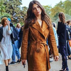 Look street style com trench coat de suede marrom.