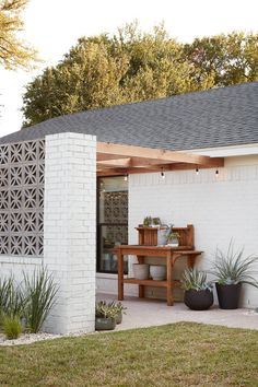 Exterior wall decor curb appeal fixer upper New Ideas Patio Design, Exterior Design, Wall Exterior, Colonial Exterior, Bungalow Exterior, Style At Home, Outdoor Spaces, Outdoor Living, Outdoor Decor