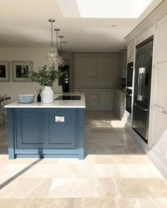 This kitchen colour combo and style is a personal favourite! Open Plan Kitchen Living Room, Kitchen Family Rooms, Home Decor Kitchen, Interior Design Kitchen, New Kitchen, Home Kitchens, Kitchen Paint, Kitchen Ideas, Open Kitchen Cabinets