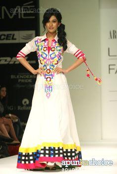 Amrita Rao walks the ramp for Archana Kochhar at LFW 2012