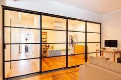 リビングと個室のガラス仕切  廊下もリビングの一角として感じられるスチールサッシのおさまり                                                                                                                                                                                 もっと見る