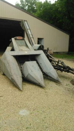 NEW IDEA 2-Row Corn Picker.    Looks like the one my dad had Antique Tractors, Vintage Tractors, Old Tractors, Vintage Farm, Tractor Photos, Farm Images, Combine Harvester, Farming Life, Farm Tools