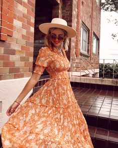 Light Dress, Retro Pattern, Golden Hour, Pleated Skirt, Floral Prints, Feminine, Ministry, How To Wear, Beautiful