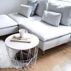 WEißes IKEA-Södermalm-Sofa im Wohnzimmer mit COUCHtisch Korb. #interior #living #holzboden #fell