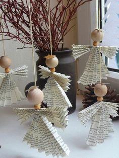 activite manuelle noel avec des anges en papier plissé aux ailes déployées, avec des tètes de bois clair, vase décoratif en céramique noire