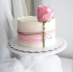 Many individuals don't think about going into company when they begin cake decorating. Many folks begin a house cake decorating com Gorgeous Cakes, Pretty Cakes, Cute Cakes, Amazing Cakes, Easy Cake Decorating, Cake Decorating Techniques, Buttercream Cake Decorating, Bolo Nacked, Rodjendanske Torte