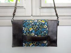 Pochette Cachôtin en simili noir et coton fleurs bleues cousue par Natacha - Patron Sacôtin