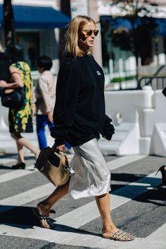 "New York Fashion Week Spring Street Style - Minimal. - New York Fashion Week Spring 2017 Street Style – Minimal. ""New York Fashion Week Spri - Street Style New York, Look Street Style, Street Style 2017, Spring Street Style, Street Chic, Paris Street, Style Summer, Summer Street, Weekend Style"