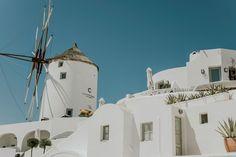 intimate-wedding-santorini-fanarivillas_13 Santorini Hotels, Santorini Wedding, Mykonos, Beautiful Couple, Beautiful Pictures, Big Kiss, White Building, Samos, Things Happen