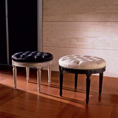 Louis XVI pouf Ernesto in solid beechwood capitonné leather upholstery padding with springs and bands.