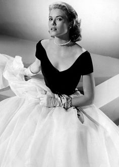 Grace Kelly, before she became HSH Princess Grace of Monaco is pictured in a publicity still for the Alfred Hitchcock classic Rear Window. She starred in only 14 movies over five years, but remains one of the icons of the silver screen. Glamour Vintage, Glamour Hollywoodien, Old Hollywood Glamour, Vintage Hollywood, Fashion Glamour, Hollywood Star, Hollywood Fashion, Moda Grace Kelly, Grace Kelly Style